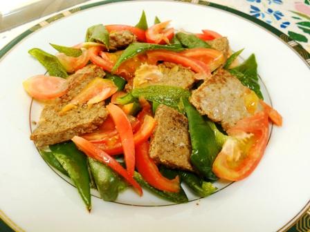 焼くだけのひき肉サラダ
