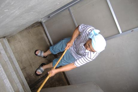 階段を洗う中島工事長