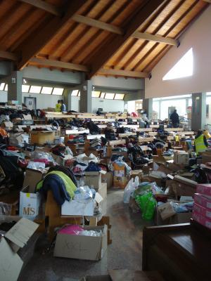 集まった救援物資の山(教会内)