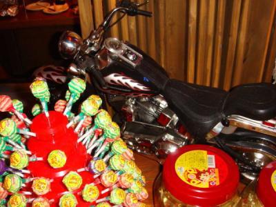 バイク好きなオーナー。そして、帰りはチュパチャップス