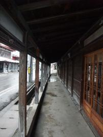 住宅や店舗の軒の外側に木造のアーケードが造られ、冬の吹雪や夏の日照りから歩行者を守ります