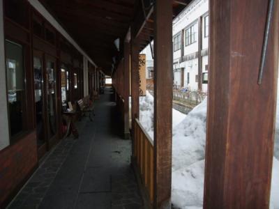 いい雰囲気のお店が並ぶアーケードを歩いて、黒石やきそばを目指します