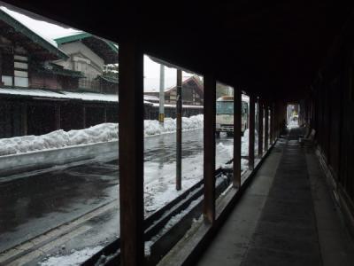 帰り道は雪。アーケードに助けられました。