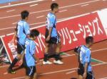ホームで浦和に完敗し、うなだれて引き上げる川崎の選手たち。