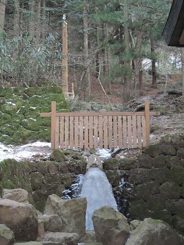 御柱4と凍った水