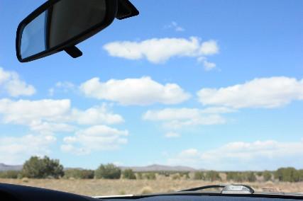 バックミラーと雲