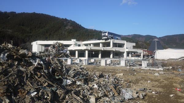 女川 バスと瓦礫