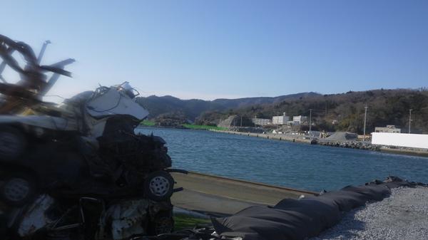女川 瓦礫と海辺