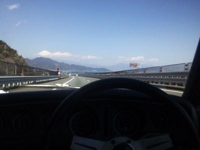 東名高速由比付近にて、富士山と相模湾