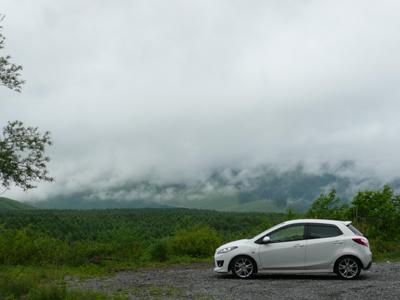 DEデミオと新緑の山