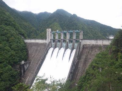 6月の佐久間ダム、全門放流