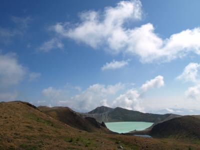 白根山の噴火口跡の湖「湯釜」