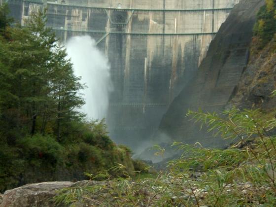 黒部ダムの放水