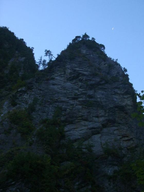 岩に三日月