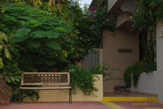 人を待つベンチ