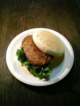 マフィン マルシンチーズ入りハンバーグでマフィンハンバーガー1