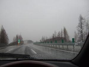 雨が降り頻り、凍てつく寒さの中をソアラで駆けていく