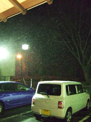 雪が舞う中、旅館を後にする