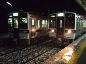 磐梯熱海駅へ遅れて入線してきた列車