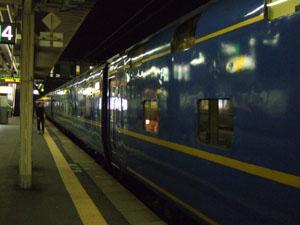 北斗星が東北線の途中駅で停車する様子が旅情を感じさせる