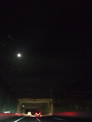 利根川を渡る際、空を見上げるとそこには煌々と輝くお月様が