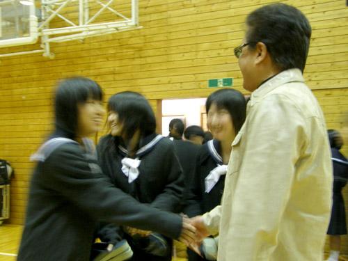 第一中(生徒さんと握手1)