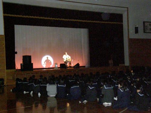 第一中(ステージのkeiさんと会場の生徒さんの様子)