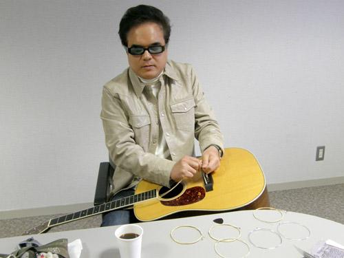 平田中(本番前にギターの弦を張り替えるkeiさん)