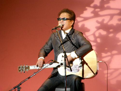 平田中(桜の背景をバックに歌うkeiさん)