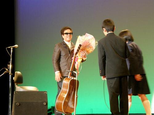 平田中(生徒さんからお礼の花束を受け取るkeiさん)