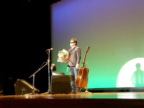 平田中(花束を抱えて生徒さんに感謝を伝えるkeiさん)