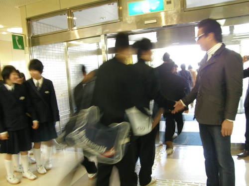 平田中(生徒さんと握手1)