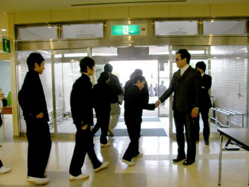 平田中(生徒さんと握手2)