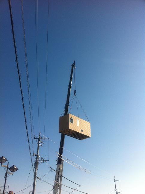 クレーンで吊られるユニット