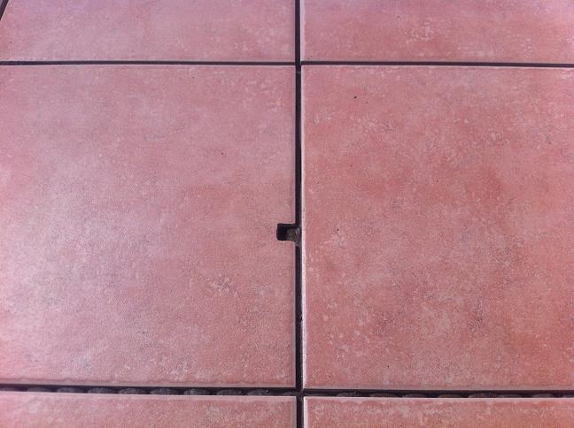 玄関タイルの謎の穴