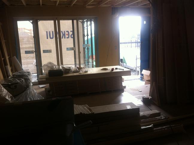 内装工事:キッチンから見たリビング