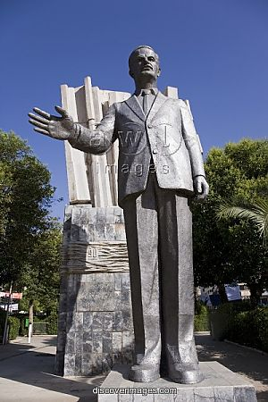 a_giant_statue_of_hafez_al-assad_in_downtown_damascus_1638681.jpg