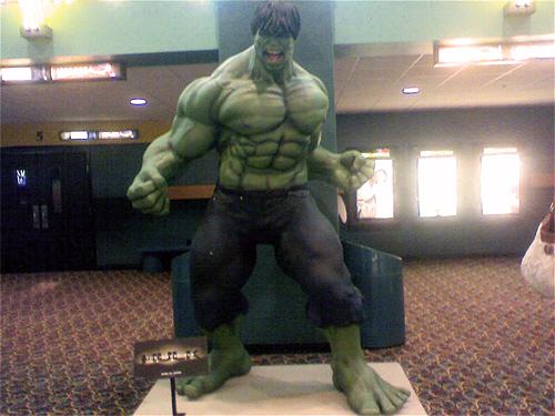 hulk-theater-statue-01.jpg