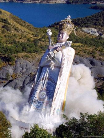 pool-str-the-giant-statue-representing-mandarom-sect-founder-gilbert-bourdin.jpg
