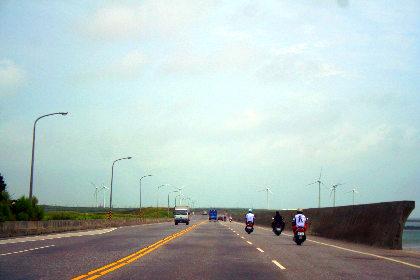 ここが澎湖島と白沙島の境目。風力発電がたくさんあったし。