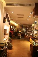 安達窯。青磁がきれいなお店です。