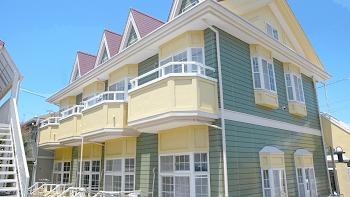 外壁は緑と黄色のかわいい外観。塗替え済でキレイです