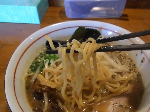 大きくウェーブした中太麺