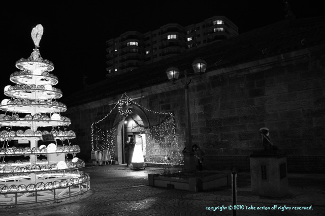 2010・12小樽ロングクリスマス浮き玉ツリー白黒