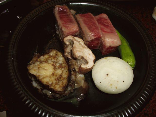 強 肴・・・和牛ロースステーキ (横は鮑ステーキ)