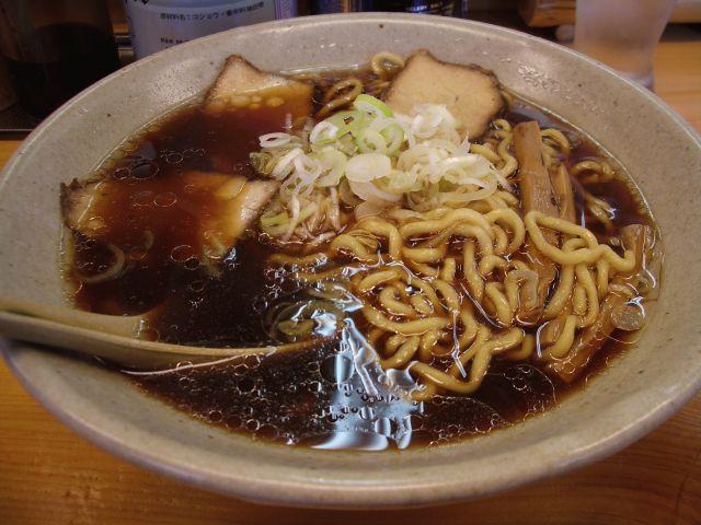 旭川らーめん (スープは黒いがアッサリ・・・あまりコクがなかったなあ・・・)