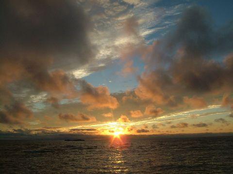 日没…北の海に沈みゆく太陽。