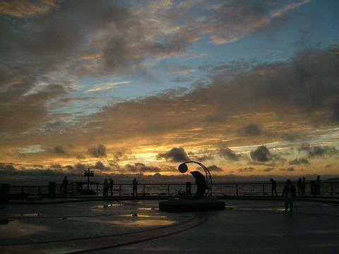 夕陽を見るために日没時になると人が集まってくる。