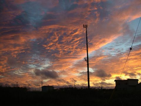 宿の2階から見た夕焼け。雲が少し多い方が赤が映える。