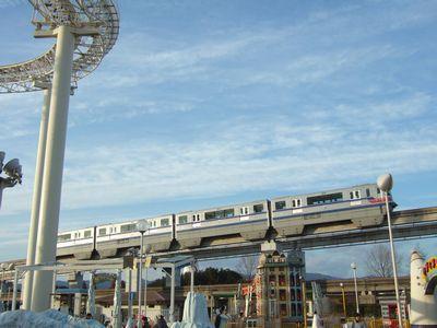 大阪モノレール、エキスポランドのすぐ脇を走る。